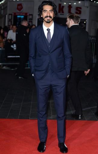 Cómo combinar: traje de tres piezas azul marino, camisa de vestir blanca, botines chelsea de cuero negros, corbata azul marino