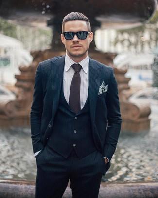 Cómo combinar: traje de tres piezas de rayas verticales azul marino, camisa de vestir de rayas verticales blanca, corbata en marrón oscuro, pañuelo de bolsillo de rayas horizontales blanco