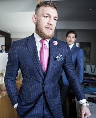 Cómo combinar: traje de tres piezas de rayas verticales azul marino, camisa de vestir blanca, pañuelo de bolsillo a lunares azul marino, broche de solapa con print de flores rosado