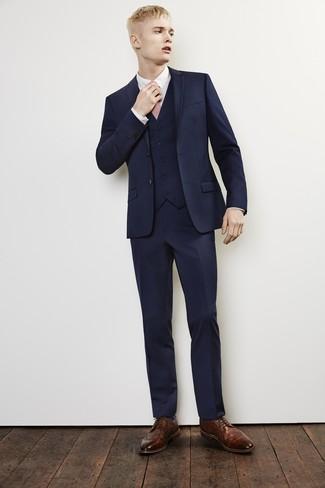 Cómo combinar: traje de tres piezas azul marino, camisa de vestir blanca, zapatos brogue de cuero marrónes, corbata rosada