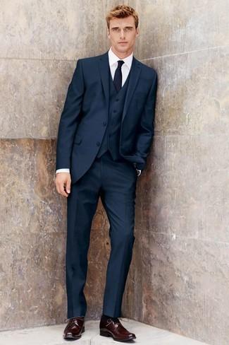 Cómo combinar: traje de tres piezas azul marino, camisa de vestir blanca, zapatos derby de cuero burdeos, corbata azul marino