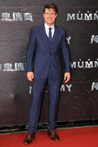 Cómo combinar: traje de tres piezas azul marino, camisa de vestir blanca, zapatos oxford de cuero marrónes, corbata azul marino