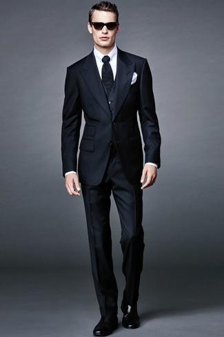 Cómo combinar: traje de tres piezas de rayas verticales azul marino, camisa de vestir blanca, botines chelsea de cuero negros, corbata negra