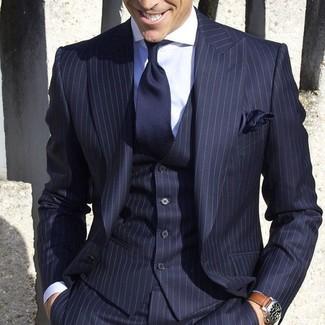 Cómo combinar: traje de tres piezas de rayas verticales azul marino, camisa de vestir blanca, corbata azul marino, pañuelo de bolsillo azul marino