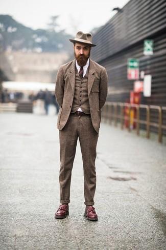 Cómo combinar: traje de tres piezas de lana marrón, camisa de vestir blanca, mocasín con borlas de cuero burdeos, sombrero de lana marrón