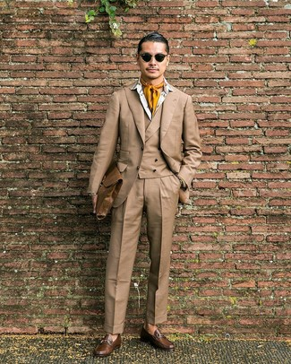 Cómo combinar: traje de tres piezas marrón claro, camisa de vestir estampada blanca, mocasín de cuero marrón, portafolio de cuero marrón