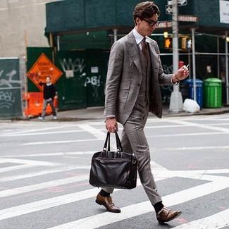 Cómo combinar: traje de tres piezas de tartán marrón, camisa de vestir blanca, zapatos con doble hebilla de cuero marrónes, portafolio de cuero en marrón oscuro