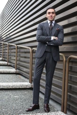 Cómo combinar: traje de tres piezas de lana en gris oscuro, camisa de vestir blanca, zapatos con doble hebilla de cuero en marrón oscuro, corbata estampada en marrón oscuro