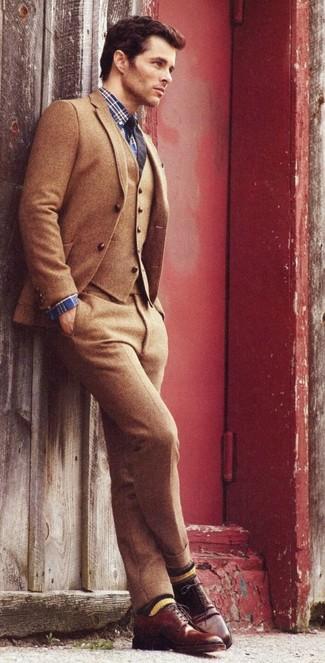 Cómo combinar: traje de tres piezas de lana marrón, camisa de vestir de tartán azul marino, zapatos derby de cuero en marrón oscuro, corbata azul marino