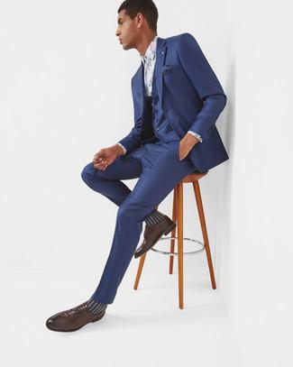 Cómo combinar: traje de tres piezas azul marino, camisa de vestir con print de flores blanca, zapatos derby de cuero en marrón oscuro, pañuelo de bolsillo a lunares azul marino