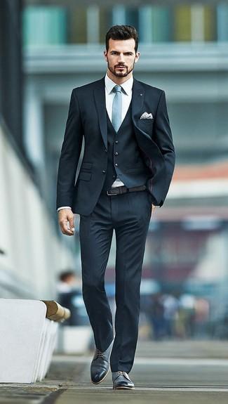 Cómo combinar: traje de tres piezas negro, camisa de vestir blanca, zapatos derby de cuero negros, corbata celeste