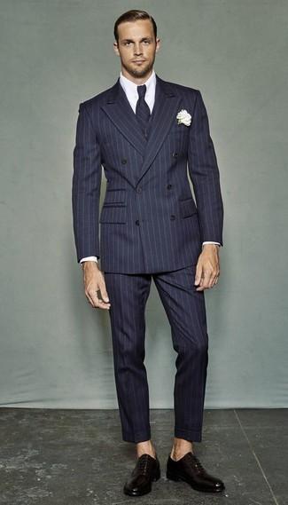 Cómo combinar: traje de tres piezas de rayas verticales azul marino, camisa de vestir blanca, zapatos oxford de cuero en marrón oscuro, corbata de rayas verticales azul marino