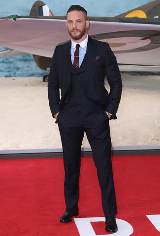 Cómo combinar: traje de tres piezas azul marino, camisa de vestir celeste, zapatos oxford de cuero negros, corbata burdeos