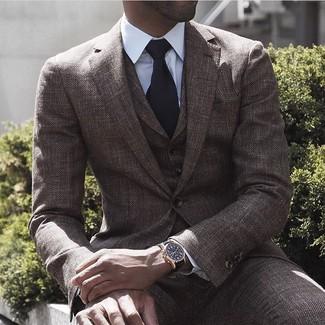 Cómo combinar: traje de tres piezas de lana marrón, camisa de vestir blanca, corbata de punto negra