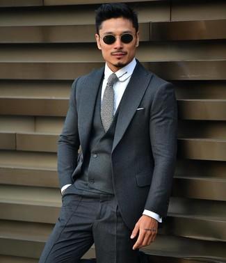 Cómo combinar: traje de tres piezas en gris oscuro, camisa de vestir blanca, corbata gris, gafas de sol negras