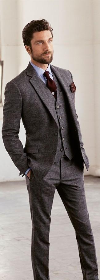 Cómo combinar: traje de tres piezas de lana gris, camisa de vestir celeste, corbata en marrón oscuro, pañuelo de bolsillo estampado en marrón oscuro