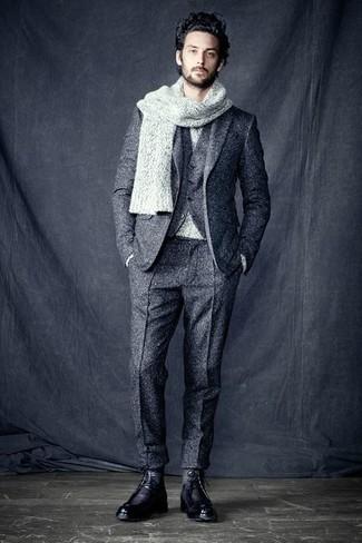 Cómo combinar: traje de tres piezas de lana gris, jersey con cuello circular gris, botas casual de cuero negras, bufanda de punto gris