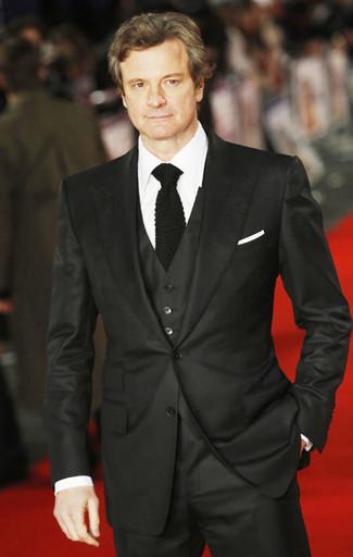 Cómo combinar: traje de tres piezas negro, camisa de vestir blanca, corbata de punto negra, pañuelo de bolsillo blanco