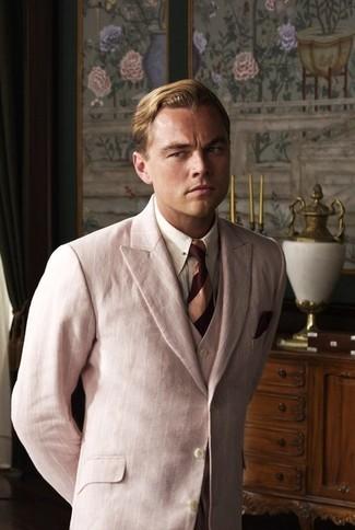 Cómo combinar: traje de tres piezas rosado, camisa de vestir de rayas verticales blanca, corbata de rayas horizontales burdeos, pañuelo de bolsillo burdeos