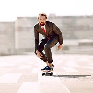 Cómo combinar: traje en marrón oscuro, camisa de vestir blanca, alpargatas de lona azul marino, corbata roja