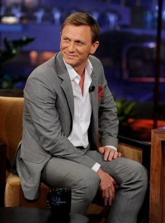Casa un traje gris con una camisa de manga larga blanca para un perfil clásico y refinado.