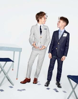 Cómo combinar: traje gris, camisa de manga larga blanca, zapatos oxford marrónes, corbata negra