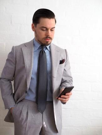 Cómo combinar: traje gris, camisa de vestir de rayas verticales azul, corbata en gris oscuro, pañuelo de bolsillo burdeos