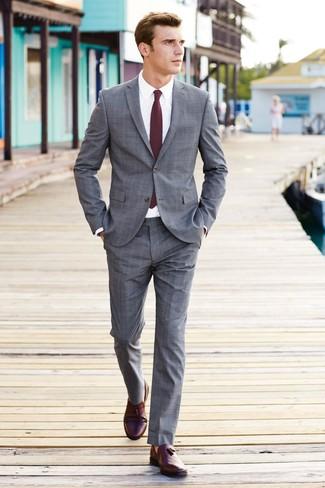 Cómo combinar: traje de tartán gris, camisa de vestir blanca, mocasín con borlas de cuero burdeos, corbata burdeos