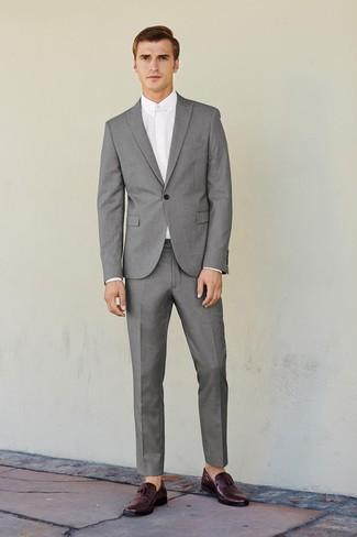 Cómo combinar: traje gris, camisa de vestir blanca, mocasín con borlas de cuero burdeos