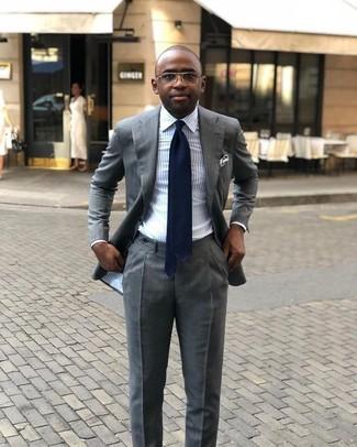 Cómo combinar: traje gris, camisa de vestir de rayas verticales celeste, corbata azul marino