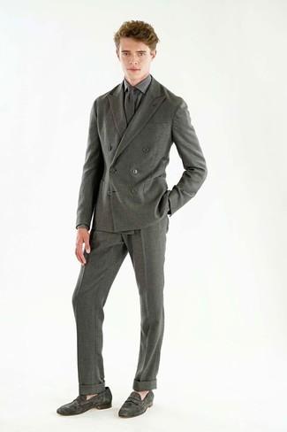 Cómo combinar: traje de lana gris, camisa de vestir a cuadros gris, mocasín de ante gris, corbata de lana gris