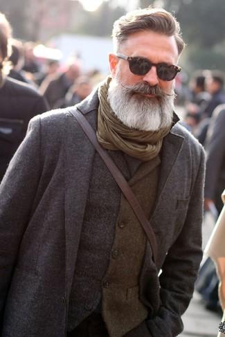 Cómo combinar: traje de lana gris, chaleco de vestir de lana gris, bolso mensajero de cuero en marrón oscuro, bufanda verde oliva