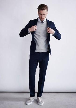 Equípate un jersey con cuello circular gris con un traje azul marino para una apariencia clásica y elegante. Haz este look más informal con tenis grises.