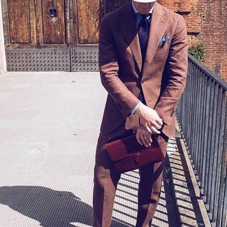 Cómo combinar: traje marrón, camisa de vestir de rayas verticales azul, corbata de rayas verticales azul marino, pañuelo de bolsillo celeste