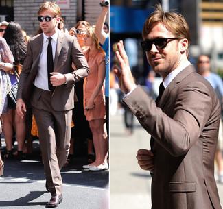 Look de Ryan Gosling: Traje Marrón, Camisa de Vestir Blanca, Zapatos Derby de Cuero Burdeos, Corbata Negra