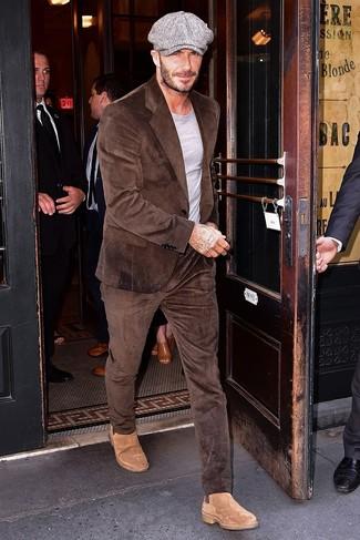 Look de David Beckham: Traje de pana marrón, Camiseta con cuello circular gris, Botines chelsea de ante marrón claro, Gorra inglesa gris