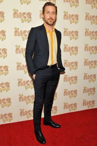Look de Ryan Gosling: Traje Negro, Camisa de Manga Corta Amarilla, Zapatos Brogue de Cuero Negros, Correa de Cuero Negra