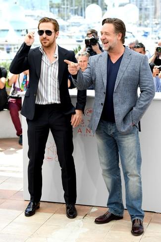 Look de Ryan Gosling: Traje Negro, Camisa de Manga Larga de Rayas Verticales Blanca, Mocasín de Cuero Negro, Gafas de Sol Negras