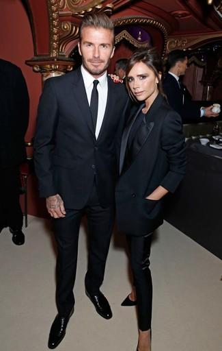 Look de David Beckham: Traje negro, Camisa de vestir blanca, Zapatos derby de cuero negros, Corbata negra