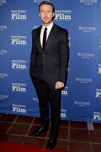 Look de Ryan Gosling: Traje de rayas verticales negro, Camisa de vestir blanca, Zapatos oxford de cuero negros, Corbata negra