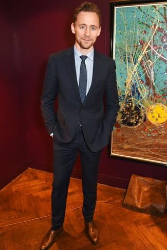 Cómo combinar: traje negro, camisa de vestir de rayas verticales celeste, zapatos derby de cuero marrónes, corbata estampada azul marino
