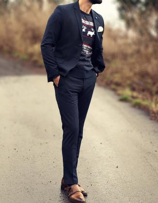 Algo tan simple como optar por un traje negro y un jersey con cuello circular de grecas alpinos negro puede distinguirte de la multitud. Un par de zapatos con doble hebilla de cuero marrónes se integra perfectamente con diversos looks.