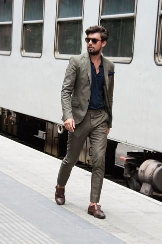 Cómo combinar: traje verde oliva, camisa polo azul marino, zapatos con doble hebilla de cuero marrónes, pañuelo de bolsillo azul marino