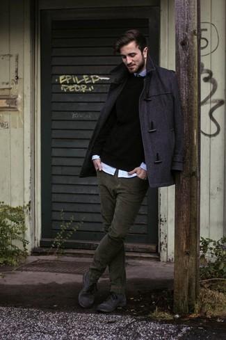 Look de moda: Trenca en Gris Oscuro, Jersey con Cuello Circular Negro, Camisa de Manga Larga Celeste, Vaqueros de Pana Verde Oliva