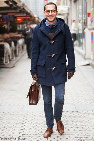 Cómo combinar: trenca azul marino, jersey con cuello circular azul marino, camisa de manga larga de seersucker azul, pantalón chino azul marino