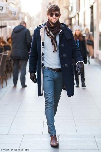 Cómo combinar: trenca azul marino, jersey con cuello circular celeste, pantalón chino azul, zapatos oxford de cuero marrónes
