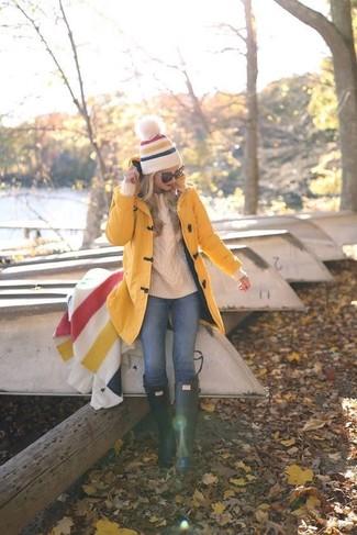 Look de moda: Trenca Amarilla, Jersey de Ochos Blanco, Vaqueros Azules, Botas de Lluvia Verde Oscuro