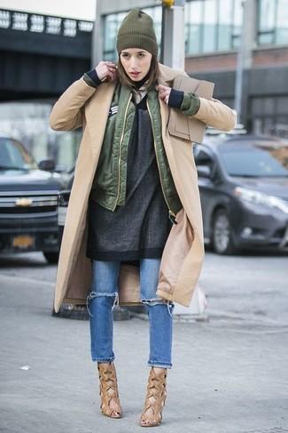 Cómo combinar: vaqueros desgastados azules, túnica de lana en gris oscuro, cazadora de aviador verde oliva, abrigo marrón claro