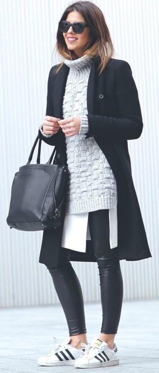 Cómo combinar: leggings de cuero negros, túnica blanca, jersey de cuello alto de punto gris, abrigo negro