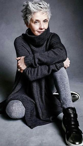 Cómo combinar: túnica de punto negra, pantalón de chándal gris, zapatillas altas de cuero negras, anillo negro